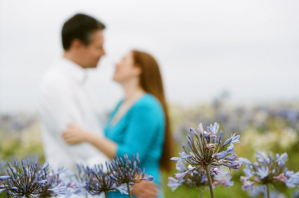 focus on the foreground summer engagement photo idea